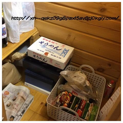 階段下の食品庫と衣類の宅配クリーニング