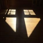 この三角の窓の影が好き