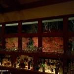 大泉のバー「アル」のカウンター越しの紅葉
