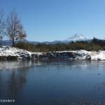 全面氷結した池の向こうの富士山
