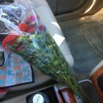 車のゴミ箱に水を入れてお花を浸す